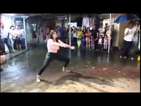 فيديو...فتاة تؤدي حركات قتالية