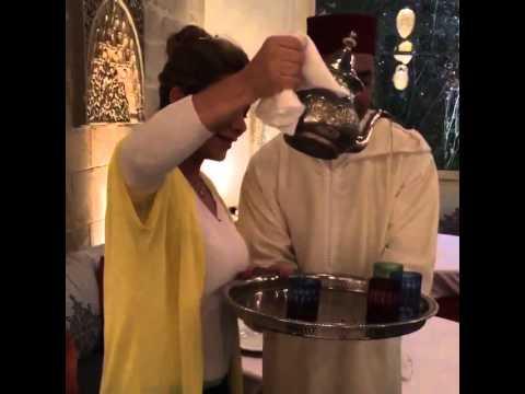 فيديو...أصالة تصب الشاي على الطريقة المغربية