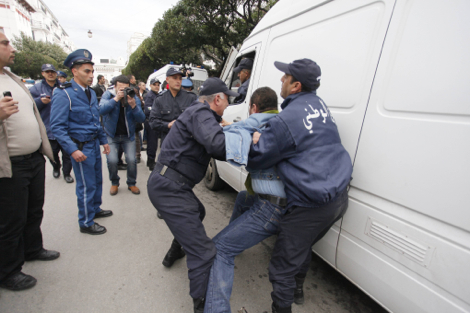 الشرطة الجزائرية تحتجز عمال مغاربة بمعسكر غرب الجزائر