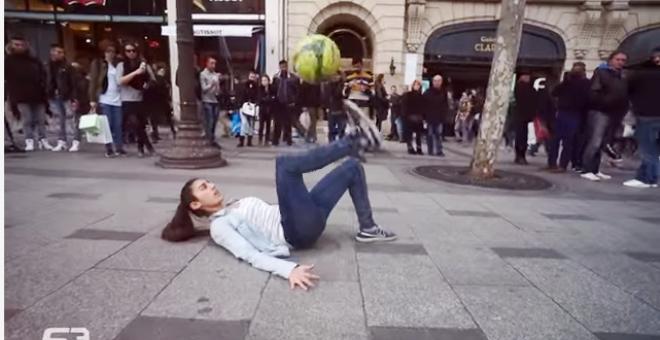 بالفيديو .. فتاة تتحكم في كرة القدم بشكل مذهل