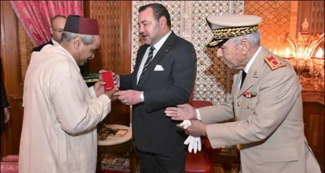 الملك يستقبل والد الطيار ياسين ويمنحه وسام النجم الحربي