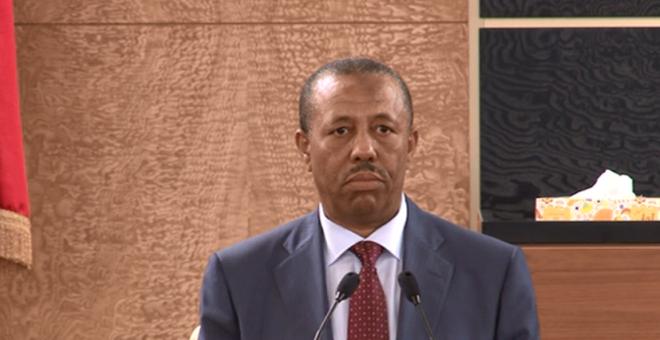 فقط في ليبيا..رئيس حكومة يمنع من السفر من قبل مسلحين