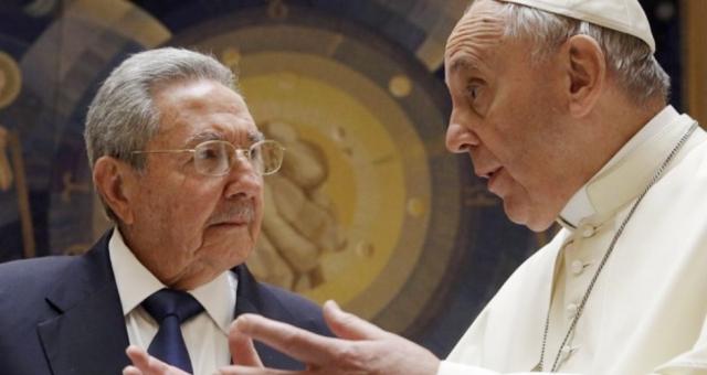 كاسترو: سأصلي اذا استمر البابا على نهجه!!!