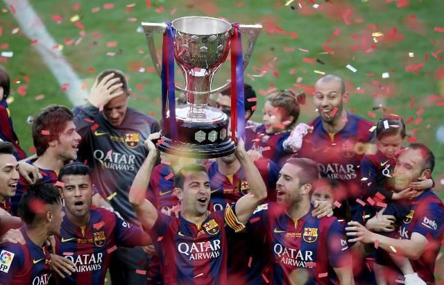 لاعبو برشلونة يحتفلون باللقب في الكامب نو