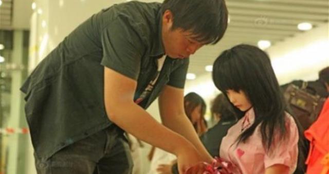 بالصور.. أب يتبنى دمية ويعاملها كابنته الحقيقية