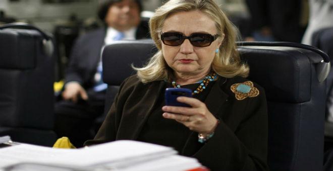 رسائل كلينتون حول ليبيا ما تزال محط انتقاد الإعلام الأمريكي