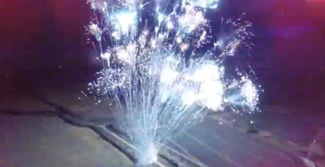 بالفيديو.. بريطاني يطلق 300 صاروخ احتفالاً بمليون متابع على يوتيوب