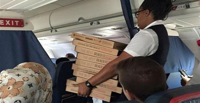 قائد طائرة يدعو ركابها  لبيتزا بسبب تأخيرها