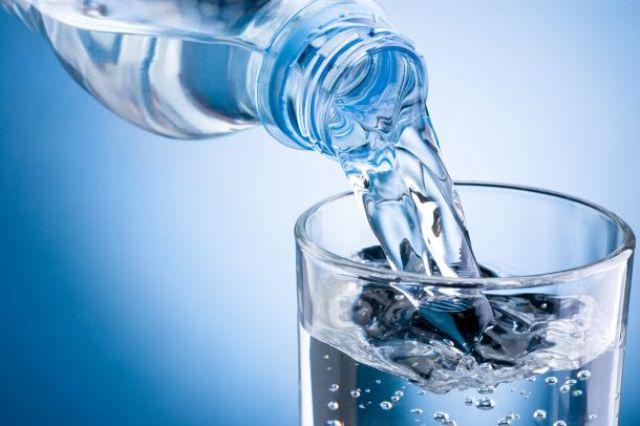 هل المياه المعدنية أفضل من ماء الصنبور النقي؟