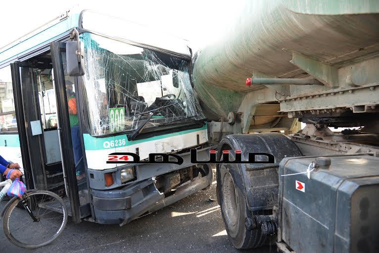 عاجل: نجاة ركاب حافلة بعد اصطدامها بشاحنة ل