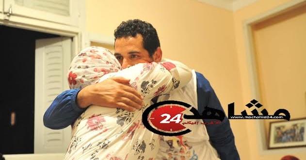 العمراني يعانق والدته