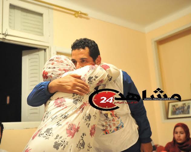 بالصور.. العمراني يعانق والدته بعد السراح المؤقت