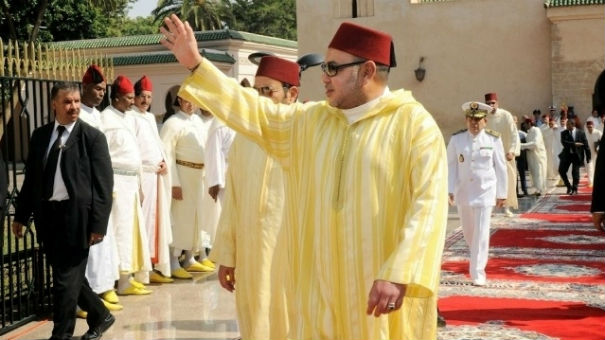 الملك يدشن مسجدا جديدا ويؤدي به أول صلاة بعد العيد