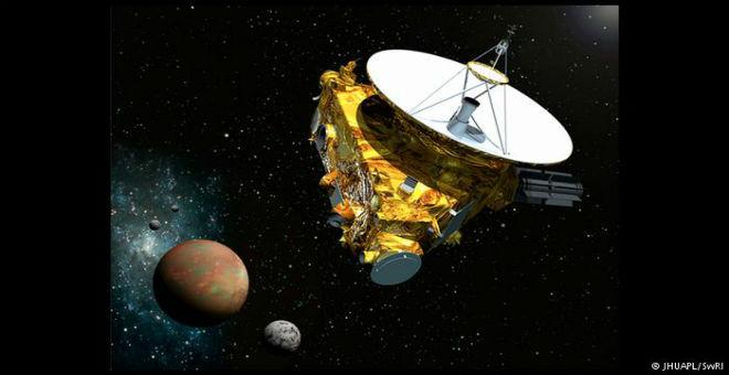 أقمار بلوتو تخوض معركة ضد الجاذبية