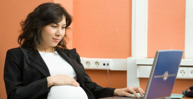 كيف تتغلب الموظفة الحامل على آلام الظهر؟
