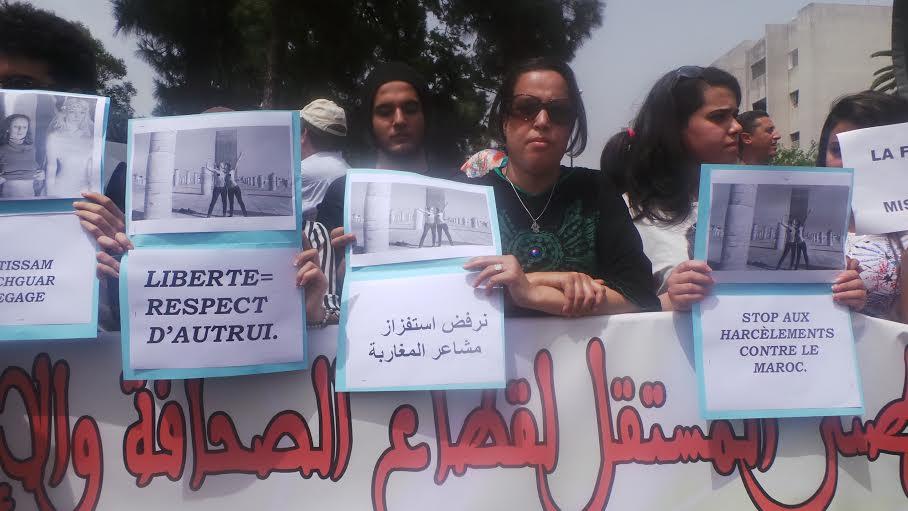 مغاربة يحتجون أمام سفارة فرنسا ضدّ التعرّي