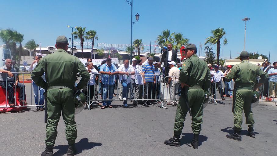 الصراع يشتدّ بين سيارات الأجرة والنقل السياحي في مطار محمد الخامس