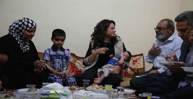 هند صبري على مائدة إفطار عائلة سورية
