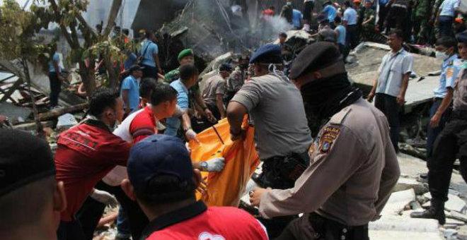 تحطم طائرة عسكرية بأندونيسيا يخلف 113قتيلا