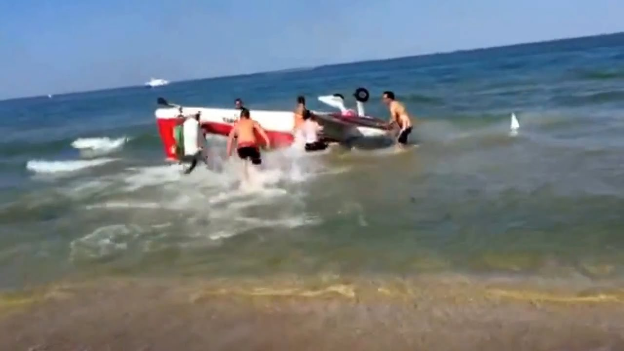 بالفيديو...اصطدام طائرتين بعرض جوي بإيطاليا