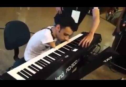 فيديو…شاب مبثور الذراعين يعزف على البيانو بمهارة