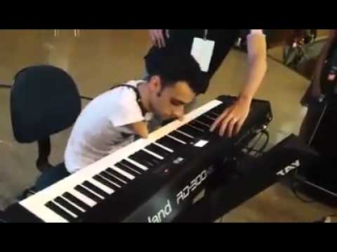 فيديو...شاب مبثور الذراعين يعزف على البيانو بمهارة