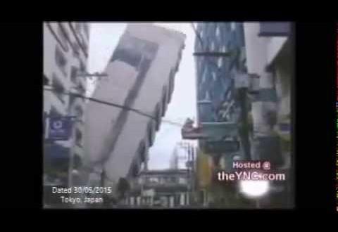 فيديو…لحظة سقوط عمارة سكنية على المبني المقابل