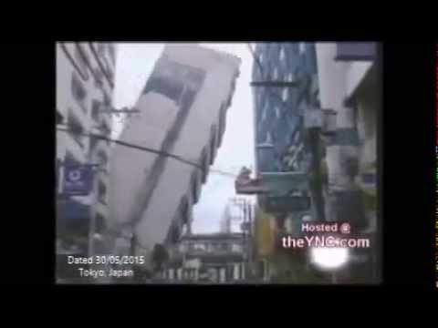 فيديو...لحظة سقوط عمارة سكنية على المبني المقابل
