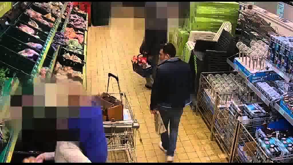 فيديو...شاهد كيف يسرق زوجان سيدة في متجر