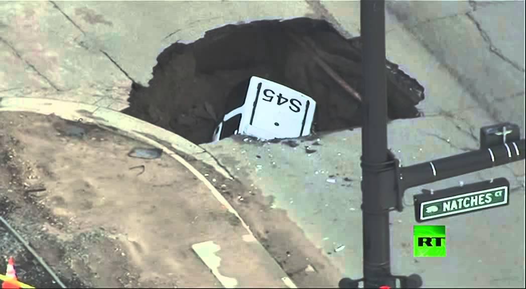 حفرة ضخمة تبتلع سيارة شرطة في أمريكا