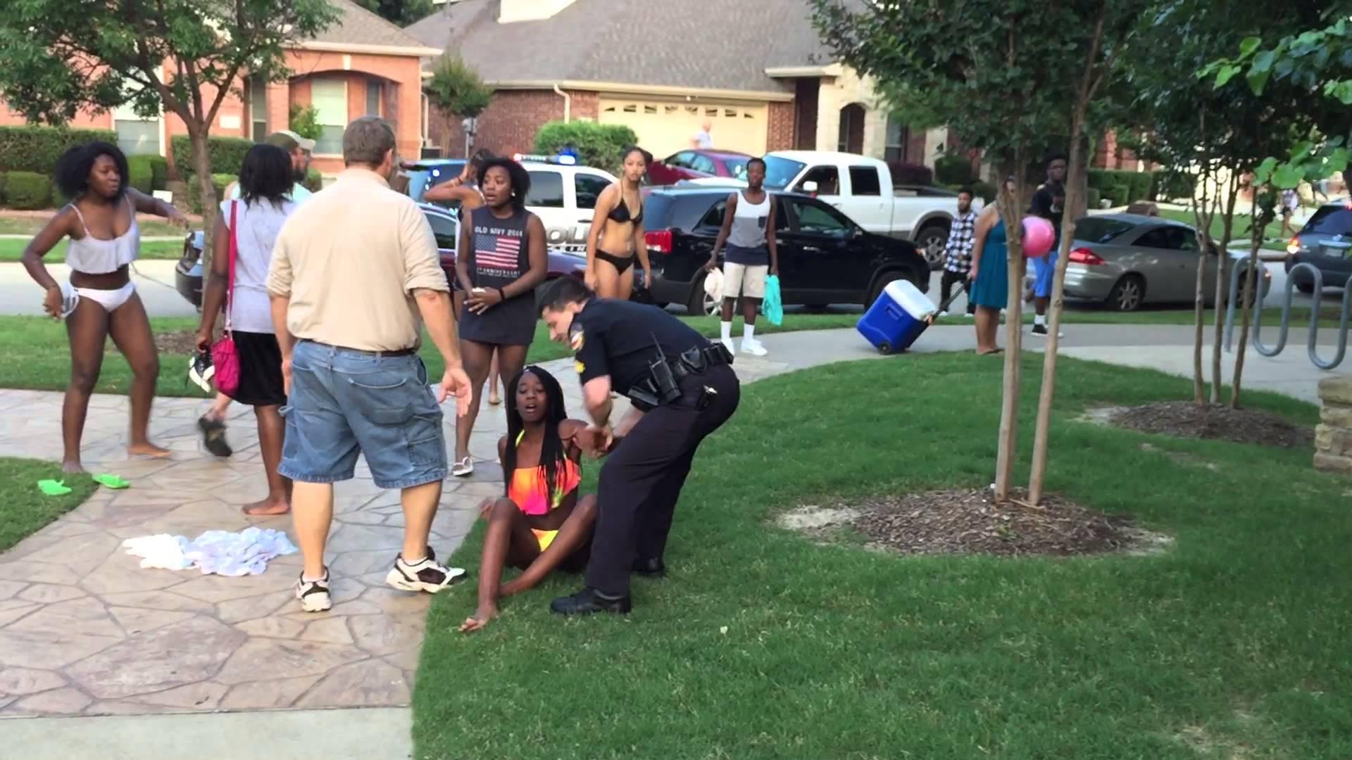 فيديو لضابط أميركي يرمي فتاة سمراء البشرة على الأرض يثير الغضب في أميركا