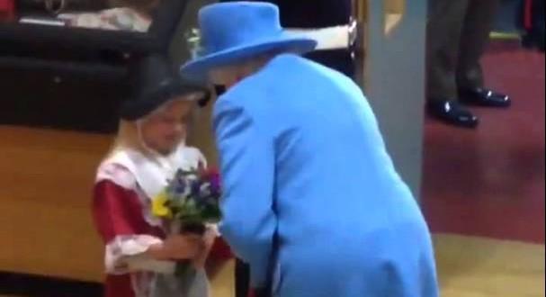 فيديو..طفلة أهدت الورد لملكة بريطانيا فتلقت صفعة على وجهها