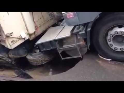الأرض تبلع شاحنة بالولفة