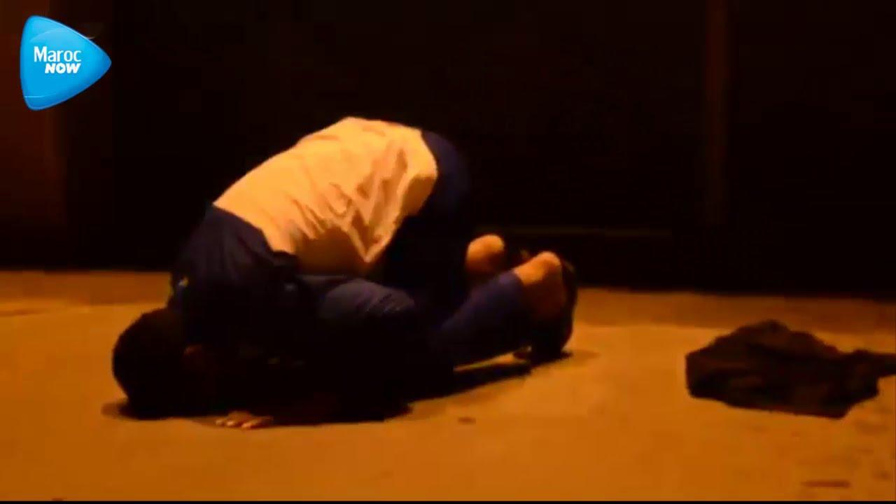 مصطفى العمراني يسجد بعد خروجه من السجن