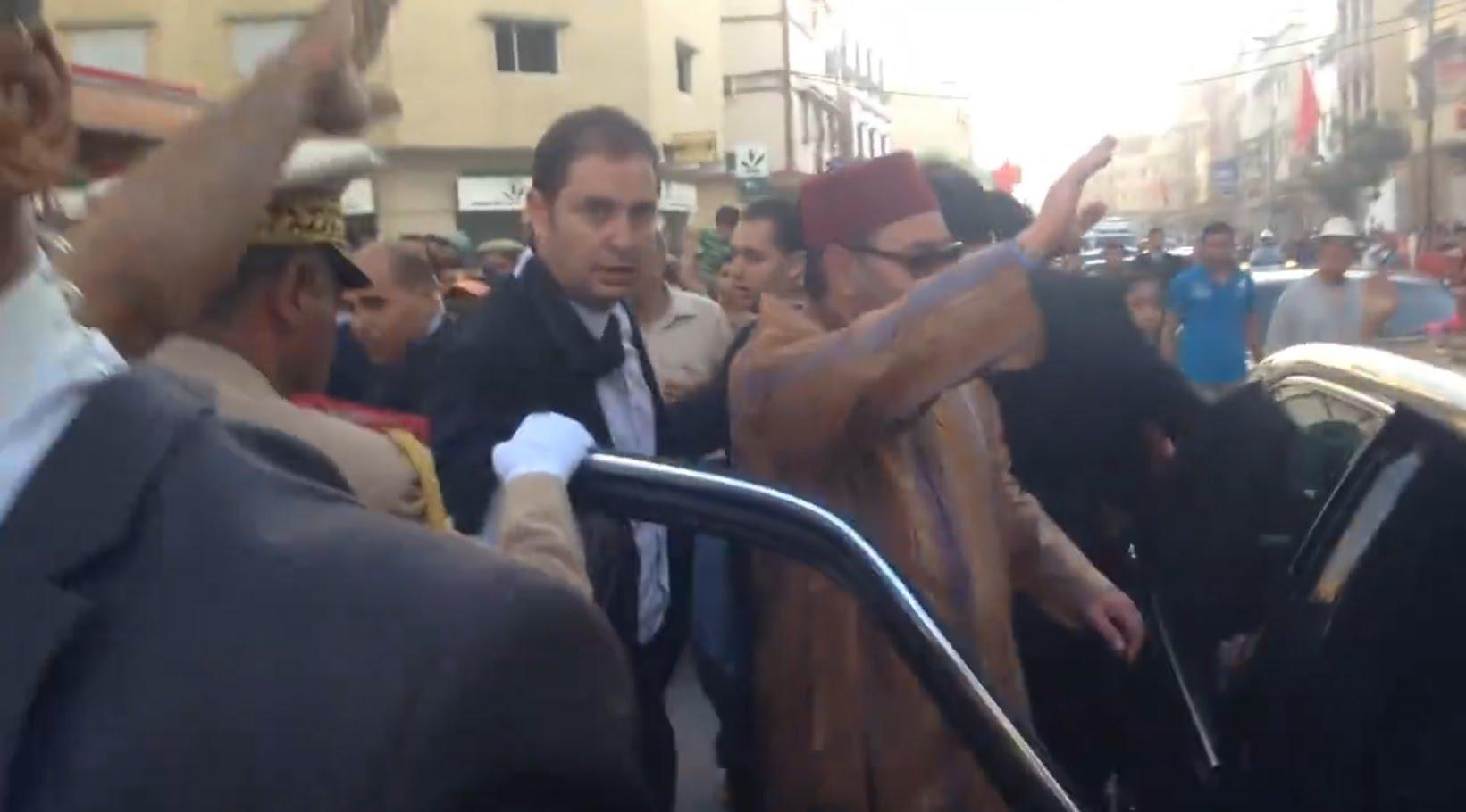 الملك يوقف موكبه الرسمي فجأة لإلقاء التحية على المواطنين بسلا