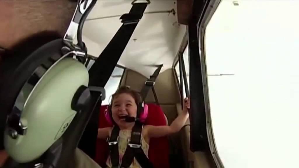 ردة فعل غريبة لطفلة تطير للمرة الأولى