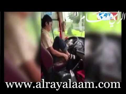بالفيديو...سائق يرتدي جواربه وحذاءه أثناء قيادته لحافلة