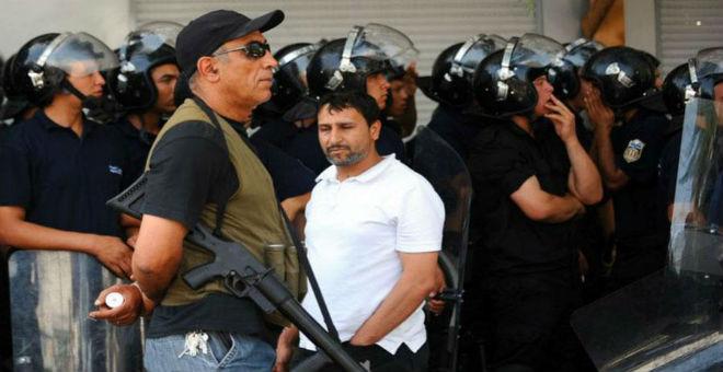 تونس.. إلقاء القبض على 6 أشخاص بحوزتهم رايات