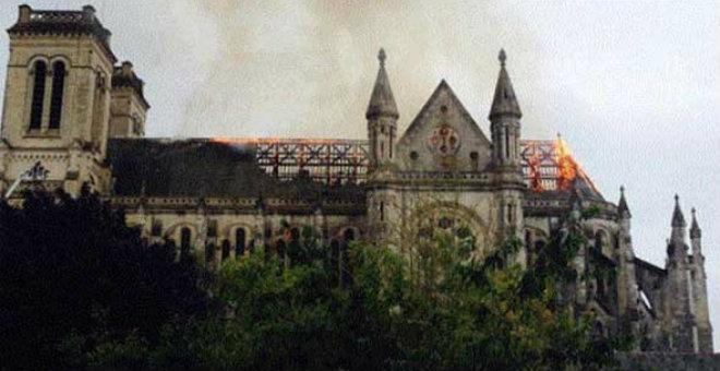 فرنسا.. حريق يدمر سطح كنيسة تاريخية