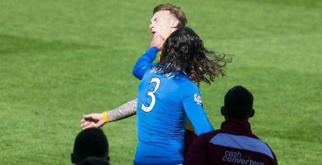 التونسي محسني يعتدي على لاعب اسكتلندي