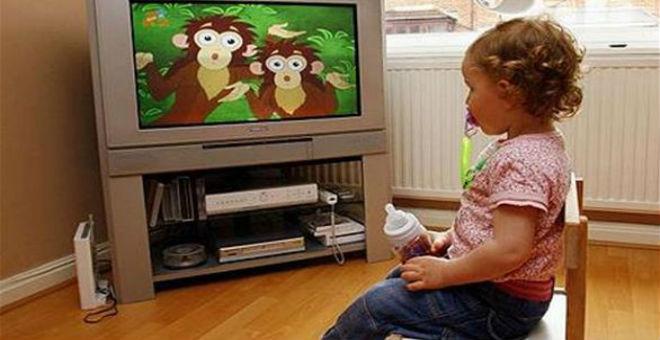 مشاهدة الطفل للتلفاز ساعة يوميا تنذر بالبدانة