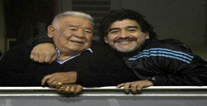 مارادونا حزين بعد وفاة والده في الأرجنتين