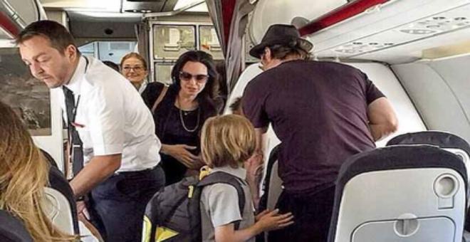 براد بيت و أنجلينا جولي يسافران بالدرجة الاقتصادية