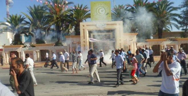 تونس.. محتجون يهددون بحرق أجسادهم في سيدي بوزيد