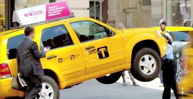 شاهد.. شرطية تعلّق التاكسي والسائق في الهواء