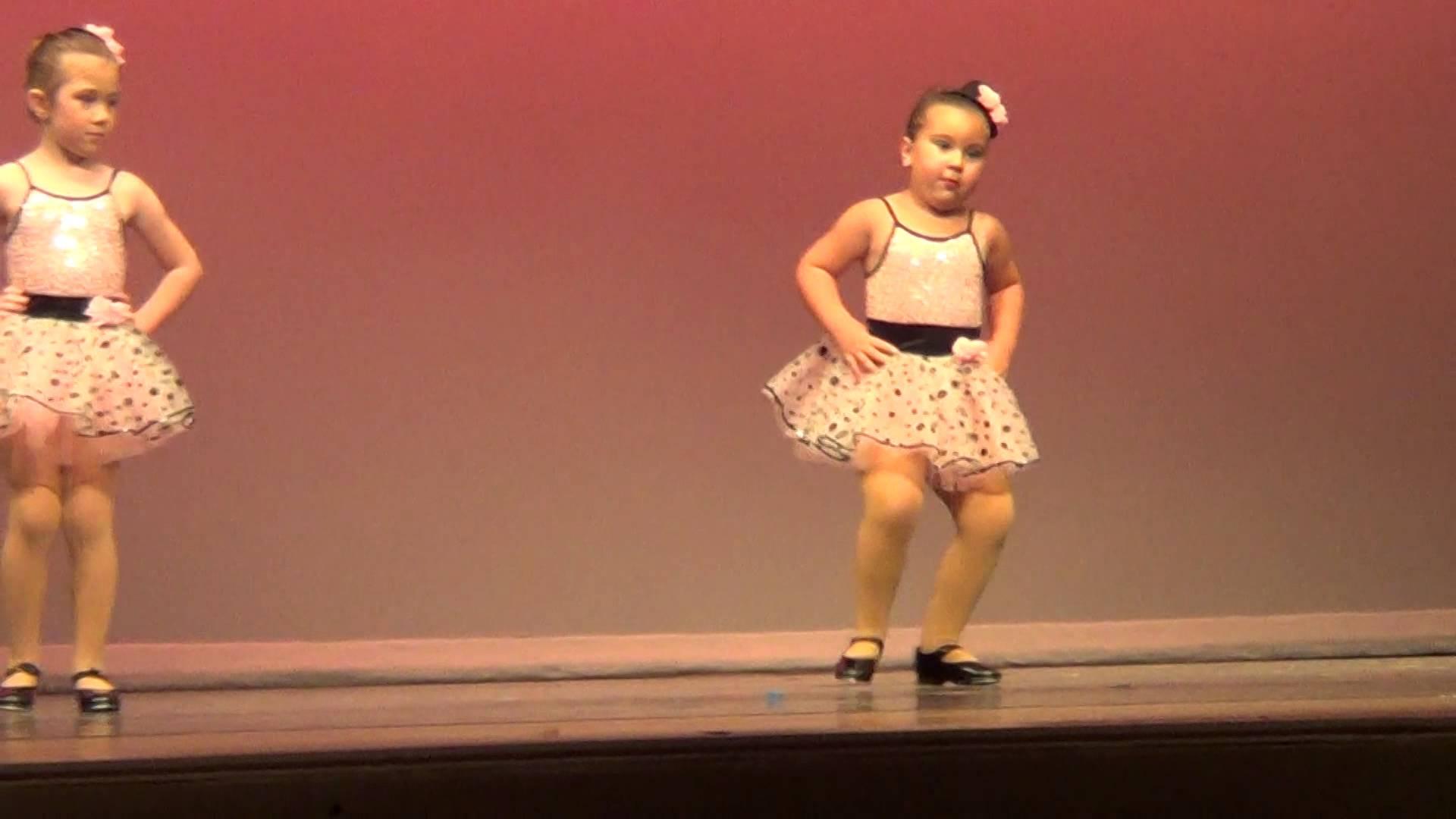 طفلة ترقص على أغنية