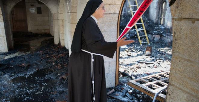 محتلون يهود يحرقون كنيسة