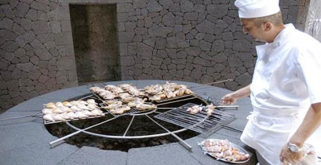 مطعم يطهو الطعام على نار بركان