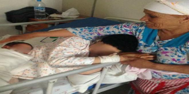 الأم-رفقة-ابنتها-المعاقة-في-المستشفى-بعد-الوضع
