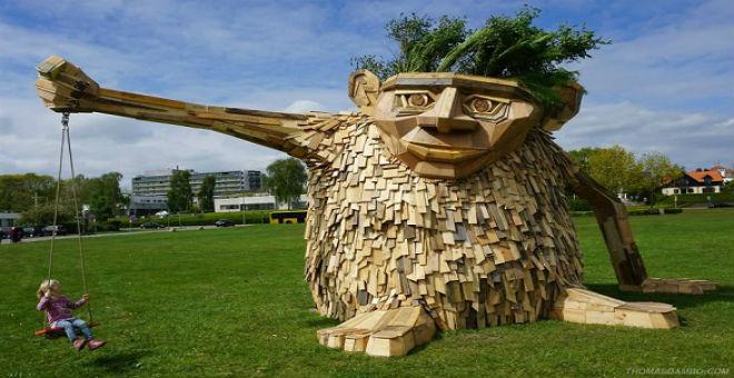 بالصور: شاب يصنع تماثيل ضخمة من الخشب المهمل